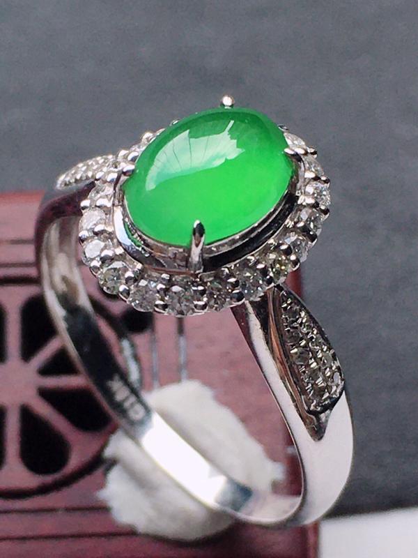 缅甸翡翠18圈口18k金伴钻镶嵌满绿蛋面戒指,自然光实拍,玉质莹润,佩戴佳品,内径:18.8 mm(