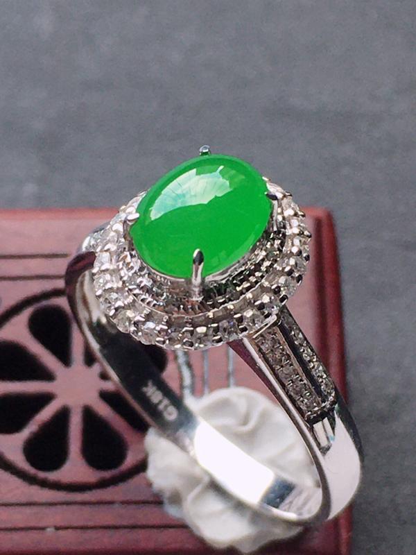 缅甸翡翠18圈口18k金伴钻镶嵌满绿蛋面戒指,自然光实拍,玉质莹润,佩戴佳品,内径:18.1 mm(