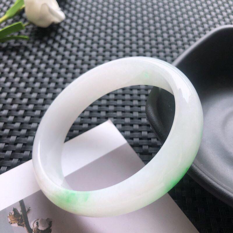 圈口:56.2mm 天然翡翠A货糯种飘绿贵妃手镯,尺寸56.2×50.4×14.7 ×6.8玉质细腻