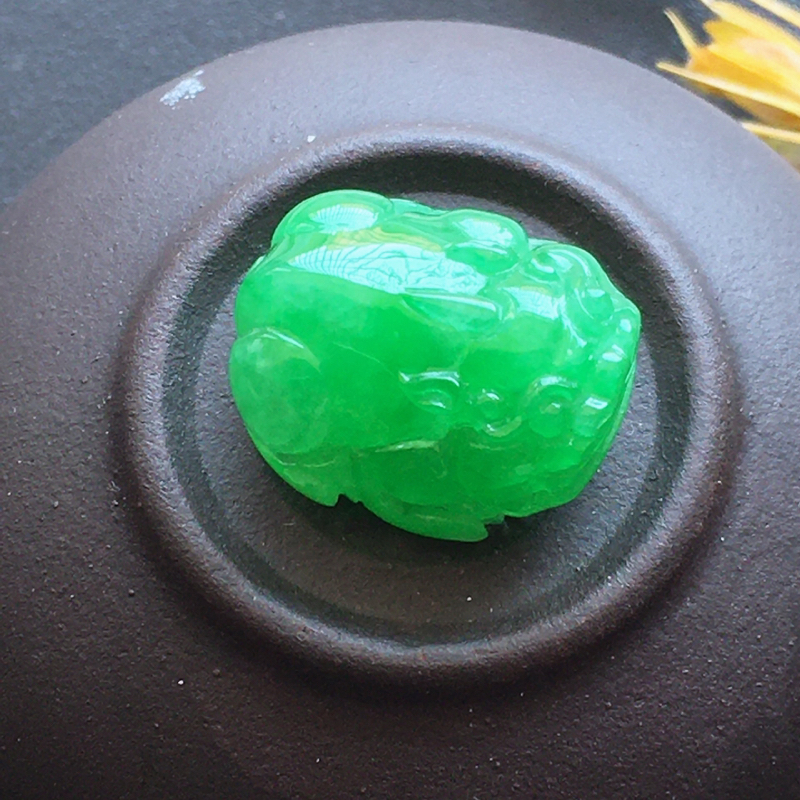 自然光实拍,缅甸a货翡翠,阳绿貔貅,种好水润,颜色漂亮,玉质细腻,雕刻精细,饱满品相佳,