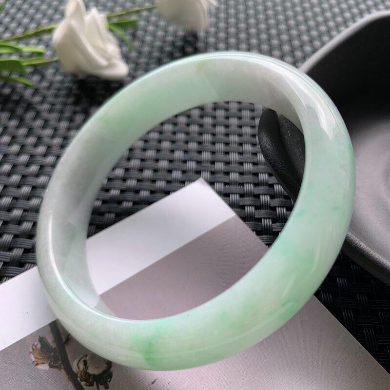 圈口:56.8mm 天然翡翠A货糯种飘绿正装手镯,尺寸56.8×13×6.9玉质细腻,种水好,底色好