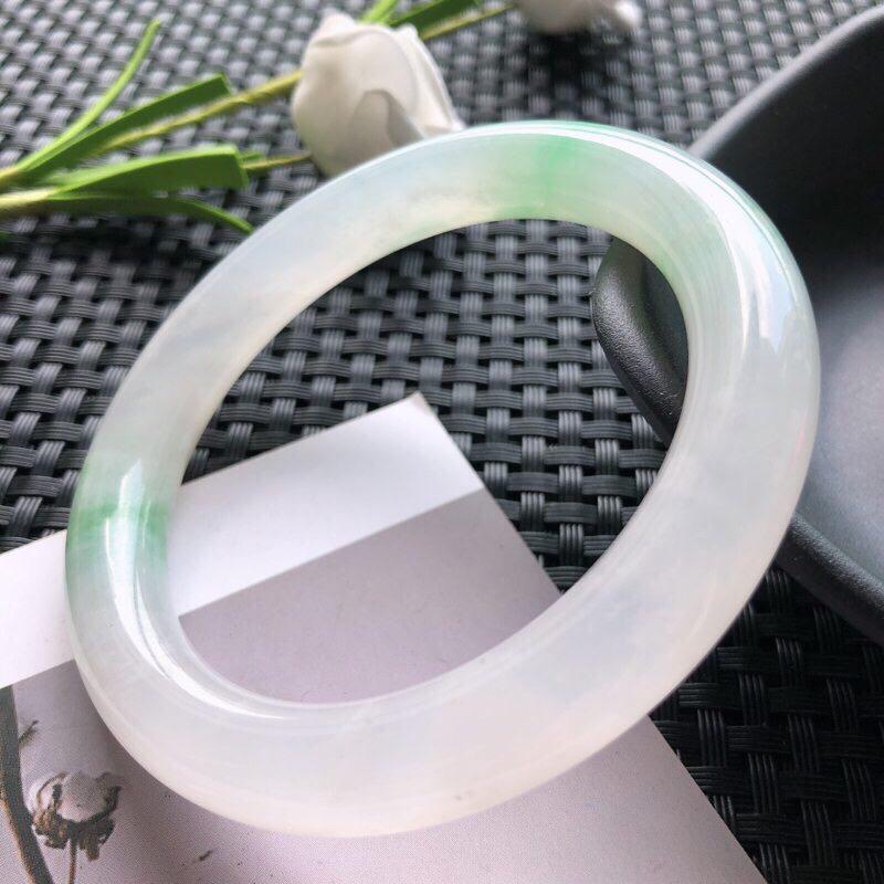 圈口:52.8mm 天然翡翠A货冰糯种飘绿花圆条手镯,尺寸52.8×9.4玉质细腻,种水好,底色好,