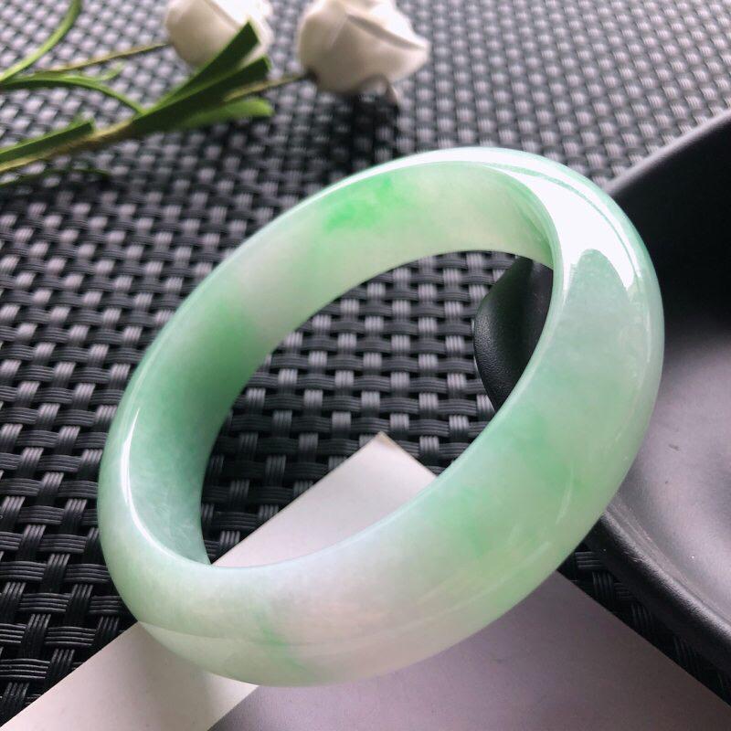圈口: 52.6mm天然翡翠A货糯种飘绿色正装手镯,尺寸52.6*14.2*8玉质细腻,种水好,底色