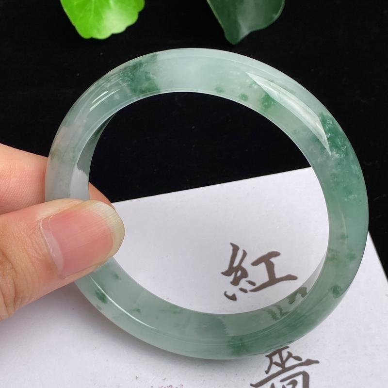 缅甸a货翡翠,水润飘绿花正圈手镯58.3mm,玉质细腻,色彩迷人,水润秀气,条形大方得体,佩戴效果好