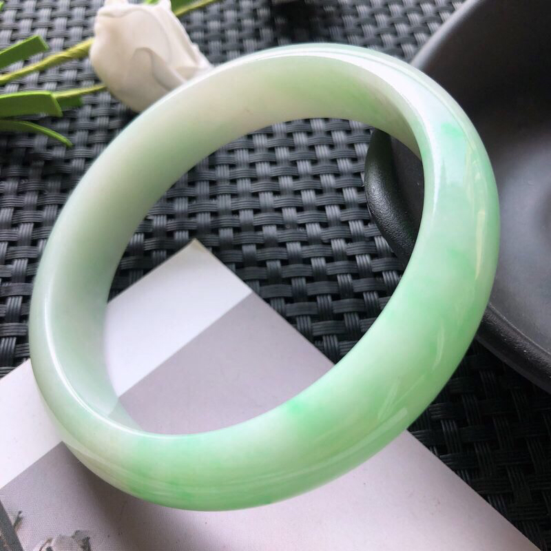 圈口:57.7mm 天然翡翠A货糯种飘绿正装手镯,尺寸57.7×13.2×7.2玉质细腻,种水好,底