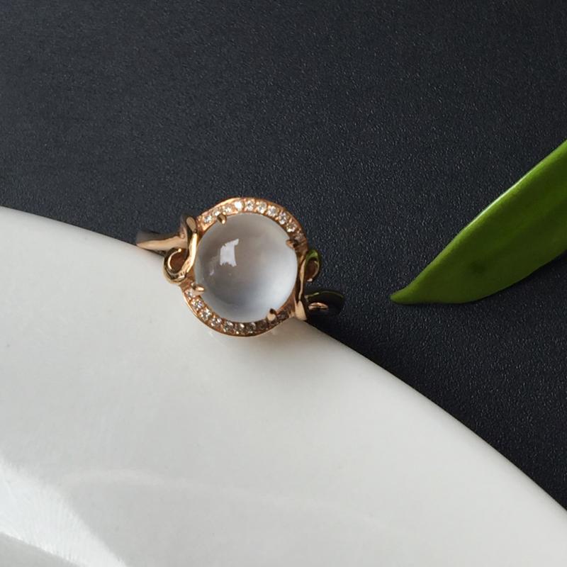 G18K冰种蛋面戒指,镶嵌款式精致简单,蛋面底子细腻干净 饱满。整体尺寸:10.8-9.6-8.2m