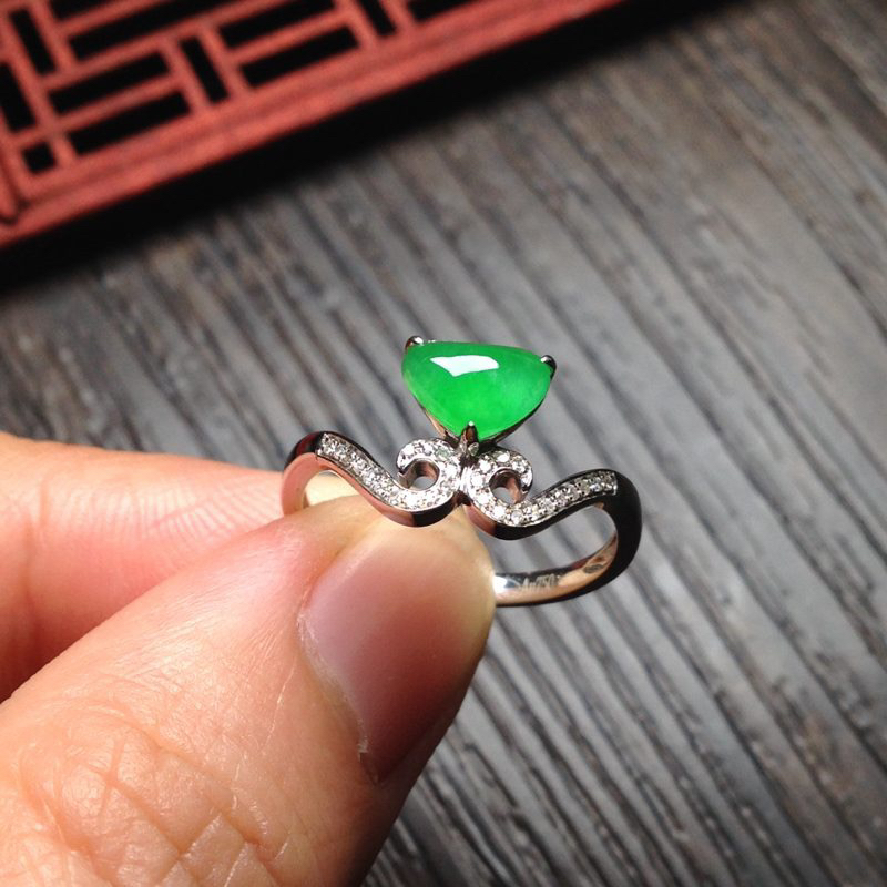 老坑冰阳绿女戒指,裸石7.5*6*3.5 老坑种水,通透冰莹,清润水足,起光起胶,色纯匀称,正阳鲜辣