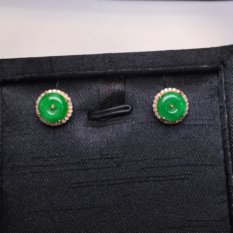 一对浅绿耳钉,底庄细腻,平安吉祥,18K金南非真钻镶嵌,有微纹可忽略,性价比高,推荐,尺寸10*5.