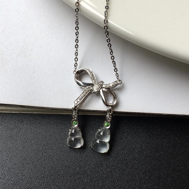 G18K玻璃种葫芦锁骨链,镶嵌工艺简洁,款式新颖独特,佩戴效果百搭又精致。整体尺寸:21.7-15.