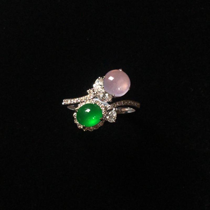 玻璃种双蛋面戒指,设计风格独特,饱满圆润,质地细腻。