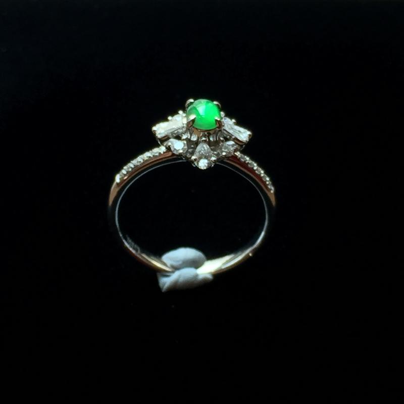 龙石晴绿蛋面戒指,精致典雅,种质细腻,水头饱满。