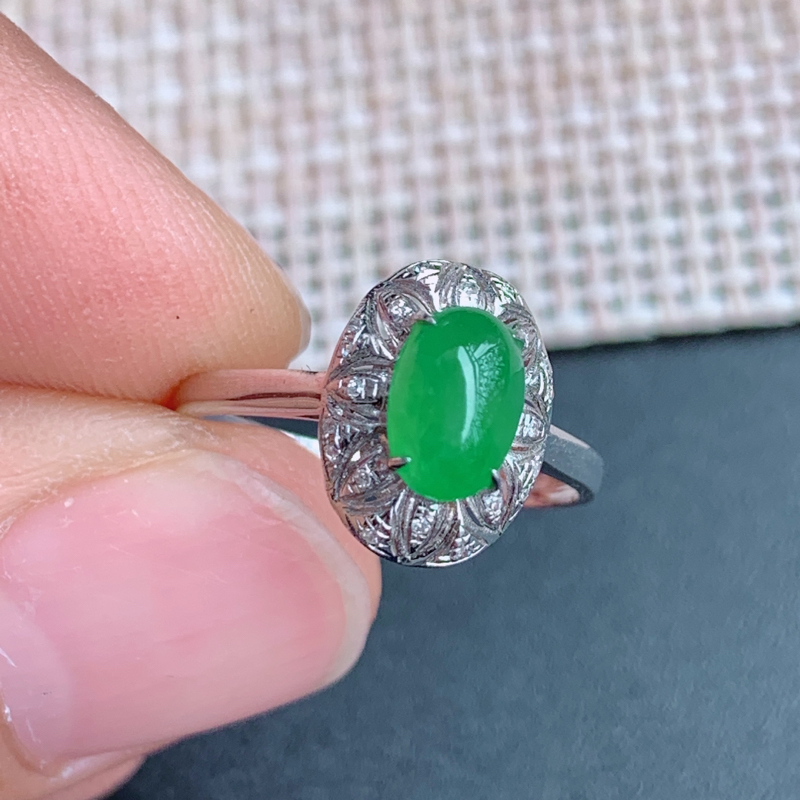 满绿戒指、尺寸:内径17mm裸石7.3/4.8/3.7mm含金11.7/18.2/25.5mm,A货