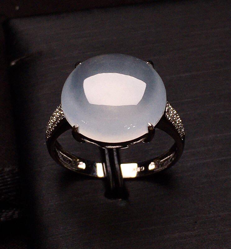 18K金钻镶嵌冰种蛋面戒指 冰透起光 质地细腻 款式新颖时尚 大方 上手亮眼 圈口12整体尺寸13*