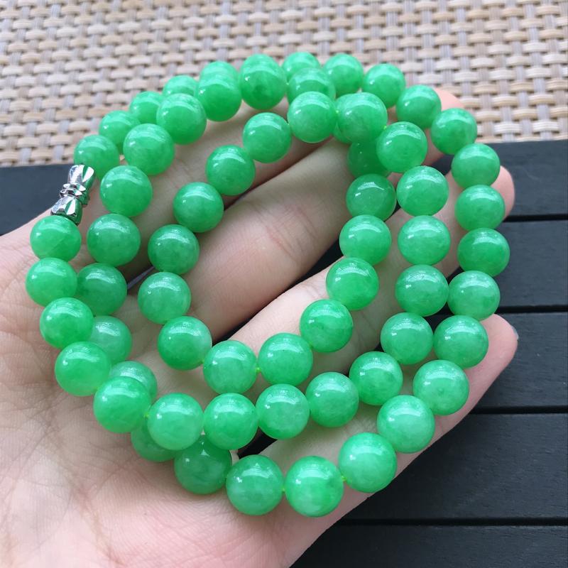 1017,老坑阳绿珠链,尺寸 : 8mm,水足丰盈,清新透彻,雕工足够雅致脱俗,佩戴效果迷人。