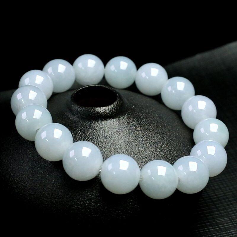 翡翠圆珠手串,共16颗珠子,取其中一颗圆珠直径大约13mm,珠子玉质莹润,亮丽秀气,上手佩戴效果高贵优雅。
