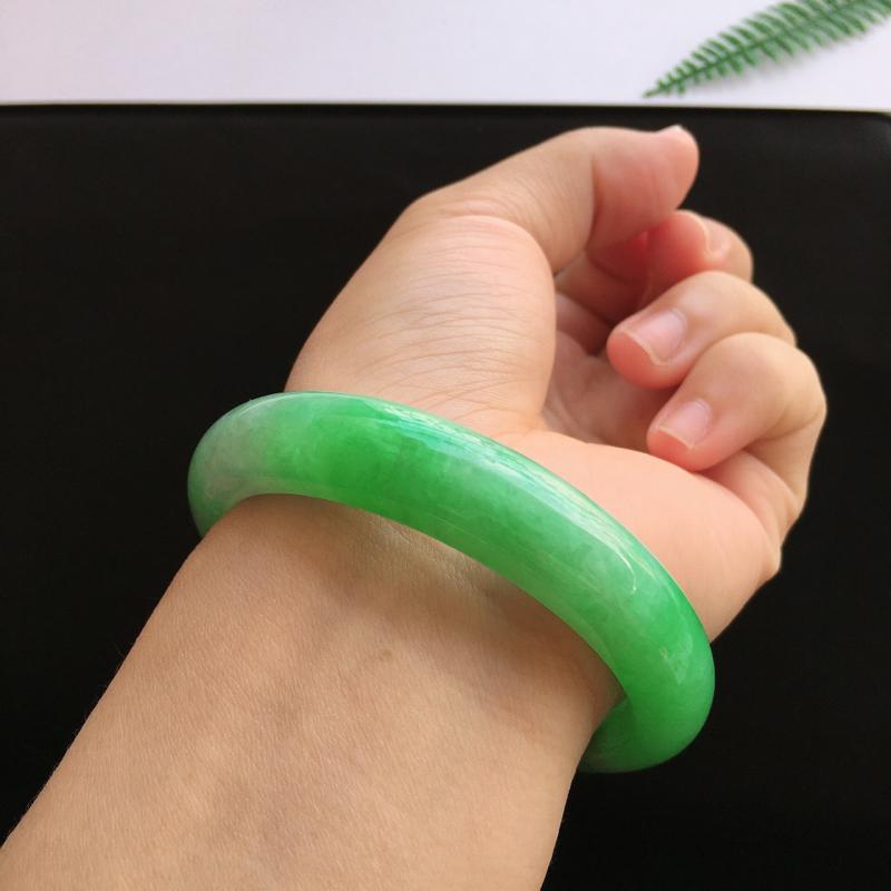 圈口:54.2mm,天然翡翠A货糯化种飘阳绿宽边手镯,尺寸:54.2/11.6/8.1mm,玉质细腻,颜色鲜艳,上手效果好