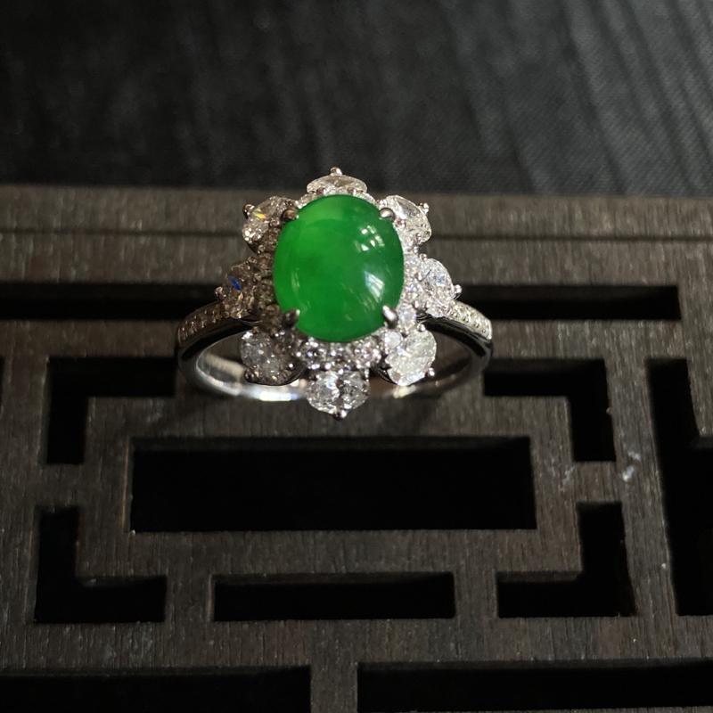 冰种近高冰浓阳绿戒指,浓而均匀,蛋面饱满。整体:14.7*13.6*8.6
