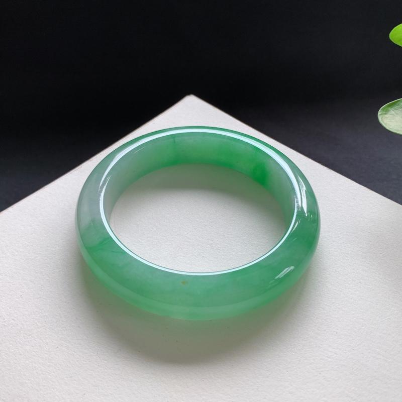 【飘绿正圈手镯,尺寸:56.5-13.7-9.4,细腻光滑,种水十足,色泽清新亮丽,】图2