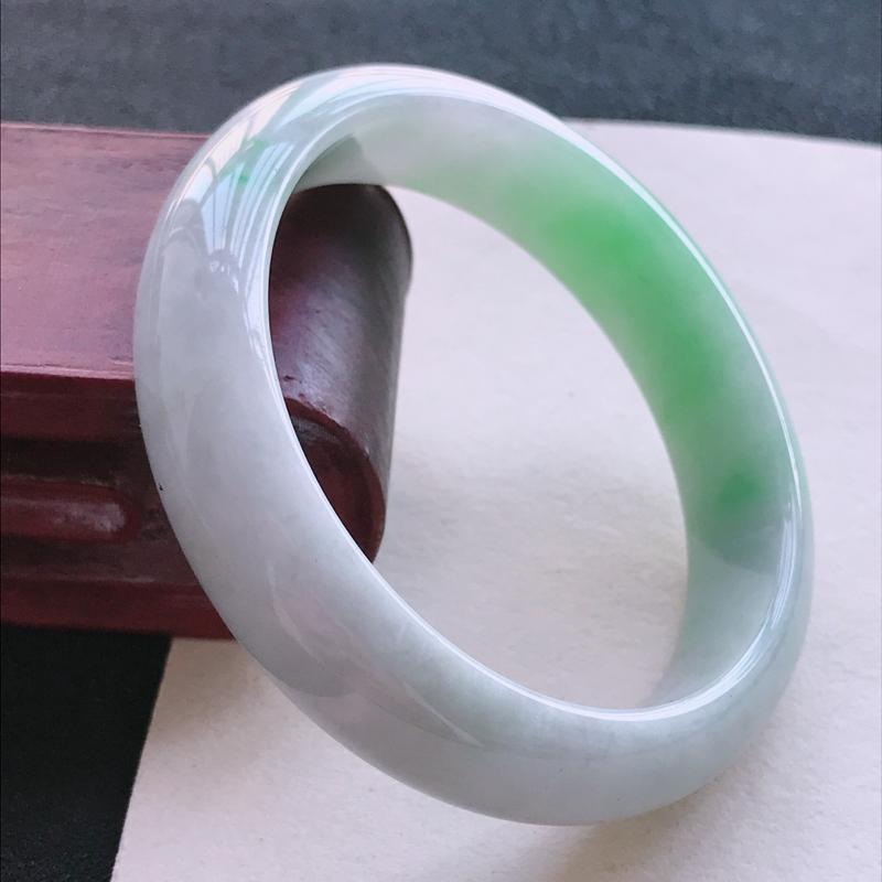 飘绿正圈手镯53-54圈品相清爽优雅,佩戴效果更佳。尺寸:53.9/13.8/7.1mm