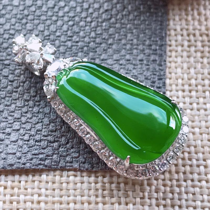 诚意推荐(传家宝)老坑高冰种浓阳绿福瓜吊坠。实物更漂亮。颜色均匀,冰胶感十足,冰透水润,晶莹剔
