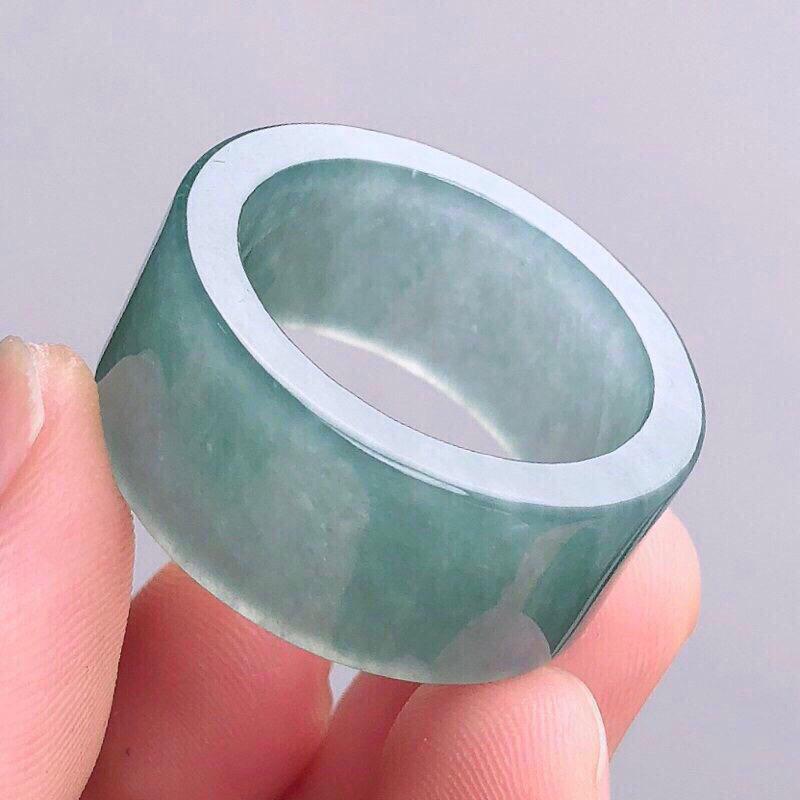 霸气扳指老坑种精美玉扳指 光感强 质地细腻 上手效果更佳 尊显高贵气质 商品尺寸 内径 23.