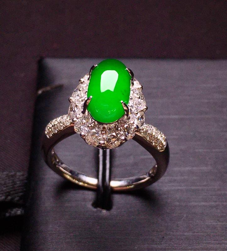 满绿蛋面戒指 质地细腻 色泽均匀艳丽饱满 18K金钻镶嵌 款式新颖时尚大方 上手亮眼 圈口13.5整