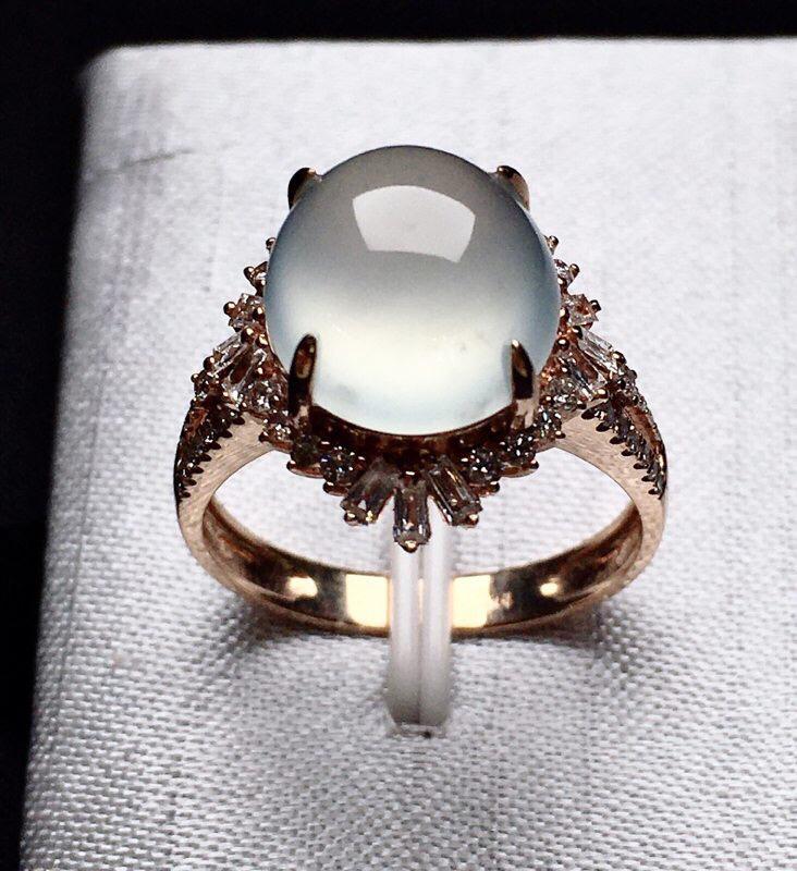 18K金钻镶嵌冰种蛋面戒指 圆润饱满 质地细腻 水润起光 款式新颖时尚上手亮眼 圈口12.5整体尺寸
