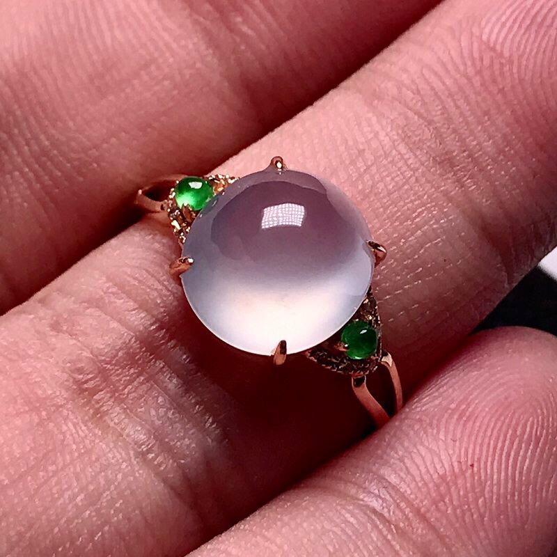 力荐款(纯美玻璃种女戒指)老坑玻璃种翡翠蛋面女戒指,18k金镶嵌而成,款式简单,佩戴效果出彩。
