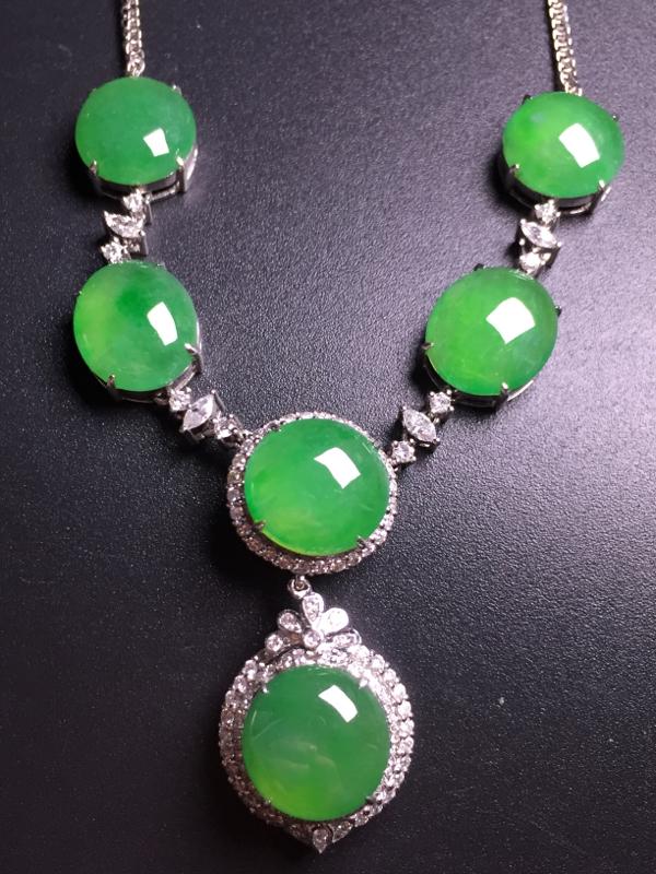 阳绿蛋面晚装项链,18k真金真钻镶嵌,种水超好,玉质细腻。