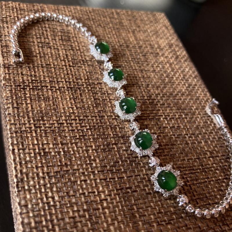 帝王绿手链,整体5个蛋面,底子干净细腻,显水显色,上手简单大气  ,整体长度170mm