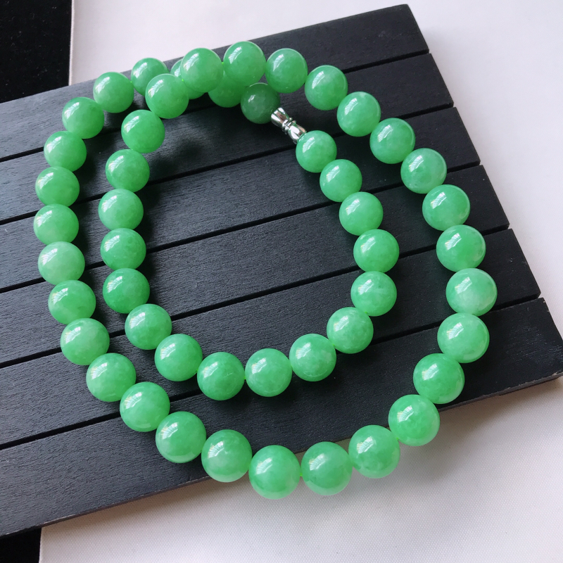 &天然翡翠A货,糯种满绿圆珠项链,玉质细腻水润,颜色漂亮,雕工精致,尺寸直径11.2扣头为配饰