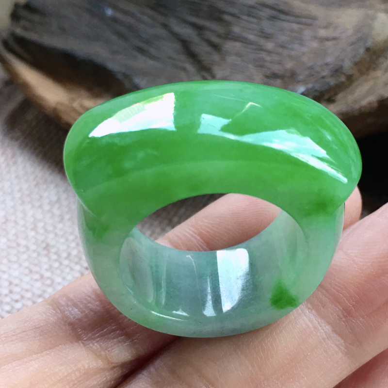 诚意推荐老坑冰糯种绿底扳指,冰润透亮,佩戴上身效果出众,种老水头足,纯净冰透,晶体结构致密,厚