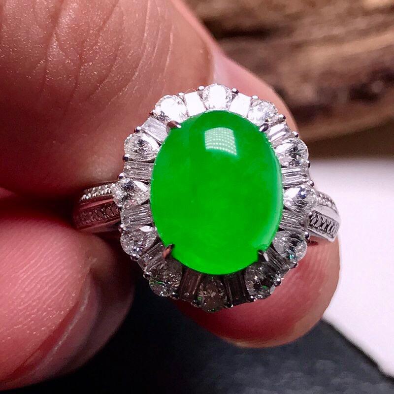 力荐款老坑冰种纯正浓阳绿色大蛋面女戒指,裸石形体佳,18k金豪华镶嵌而成,尺寸够大,佩戴效果大