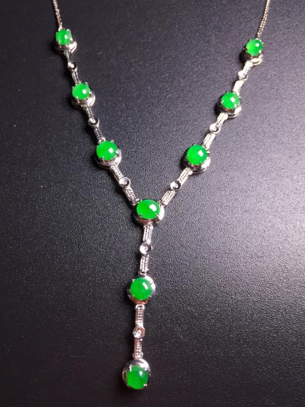 阳绿蛋面晚装项链,18k真金真钻镶嵌,种水超好,玉质细腻。**
