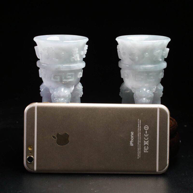仿古三脚杯翡翠小摆件一对,雕工精细,立体生动形象,取其中一尺寸:87*53.7mm,配送精美底座、礼盒。