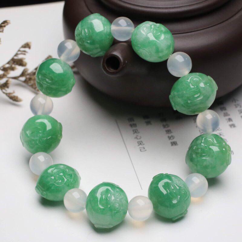 小佛头翡翠手串,共9颗翡翠珠子,取其中一颗珠尺寸16.7*13.9*12.5mm,珠子雕琢细致,亮