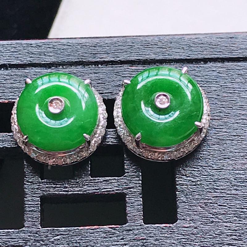 天然翡翠A货,18K金伴钻糯种满色辣绿平安扣耳钉,玉质细腻,颜色漂亮,上身高贵上档次,尺寸连金10.