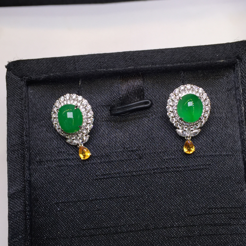 一对阳绿耳钉,底庄细腻,18K金南非真钻镶嵌,无纹裂,性价比高,推荐,尺寸20*12*9.5/7.7