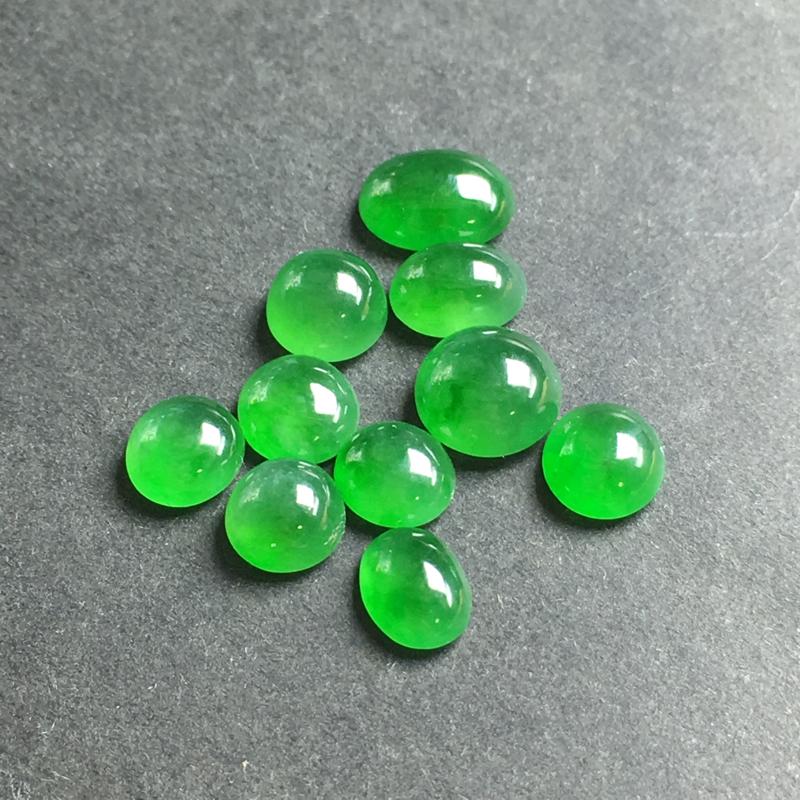 【月底回馈】绿色蛋面裸石,底子细腻,色泽漂亮,干净起光,没有裂,可镶嵌成手链、项链或其他款式。尺寸:
