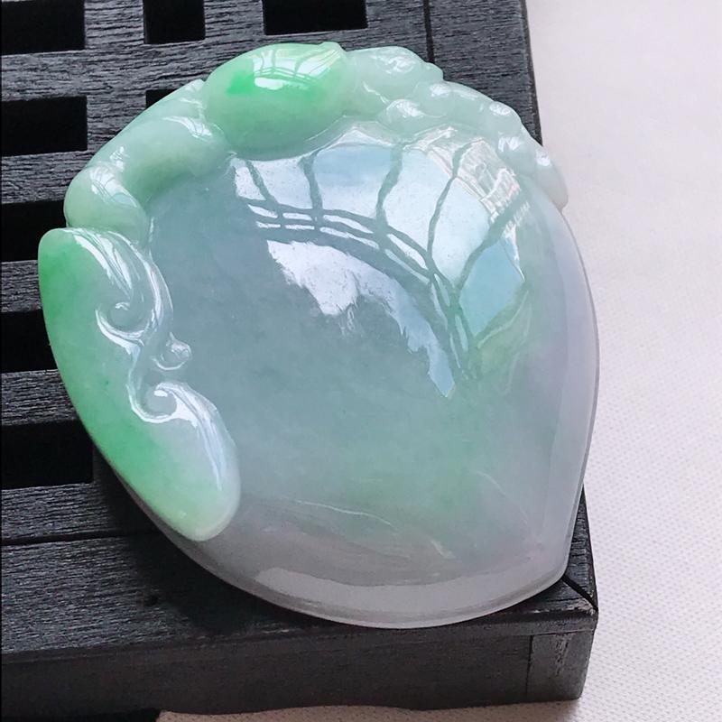 翡翠a货,糯种飘绿寿桃吊坠,玉质细腻,颜色漂亮,上身好看,尺寸49.6/43.3/10.9