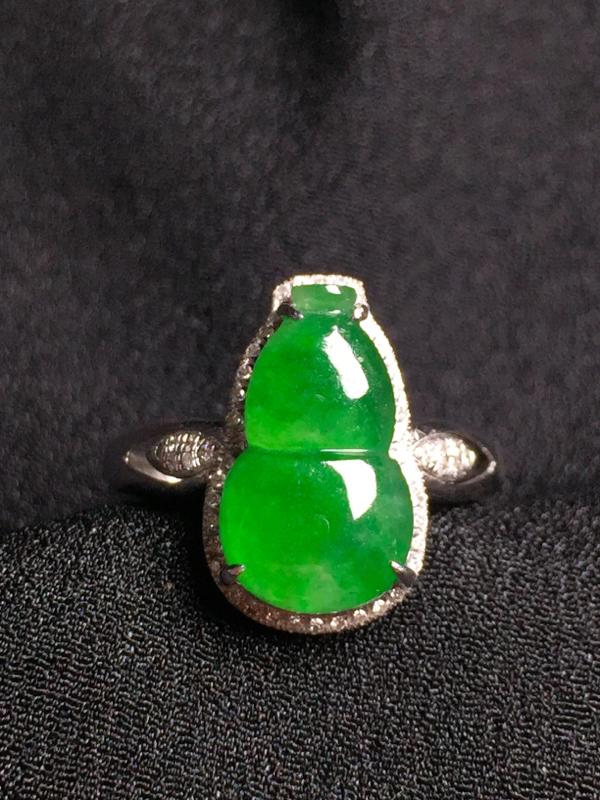 阳绿葫芦戒指,18k真金真钻镶嵌,种水超好,玉质细腻。**