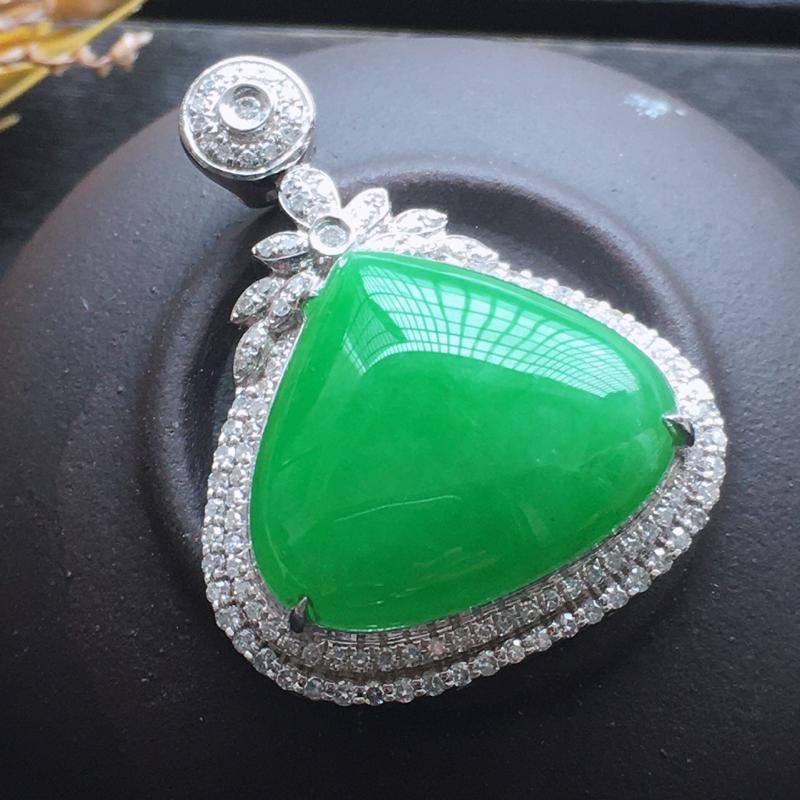 18k金伴钻镶嵌满绿水滴,水润玉质细腻,工艺佳,饱满品相佳,可直接佩戴。包金尺寸:27.4*21.1