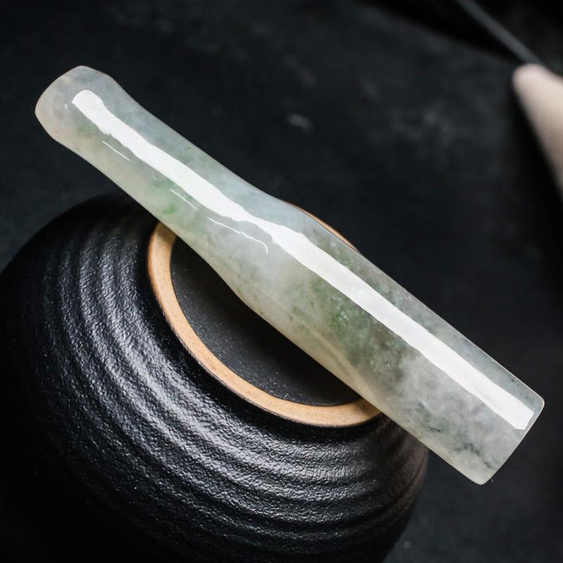 玉质水润烟嘴翡翠,飘色,简约大气,造型小巧,便于随身携带,有天然杂质,尺寸72.8*13.3*13.5mm。