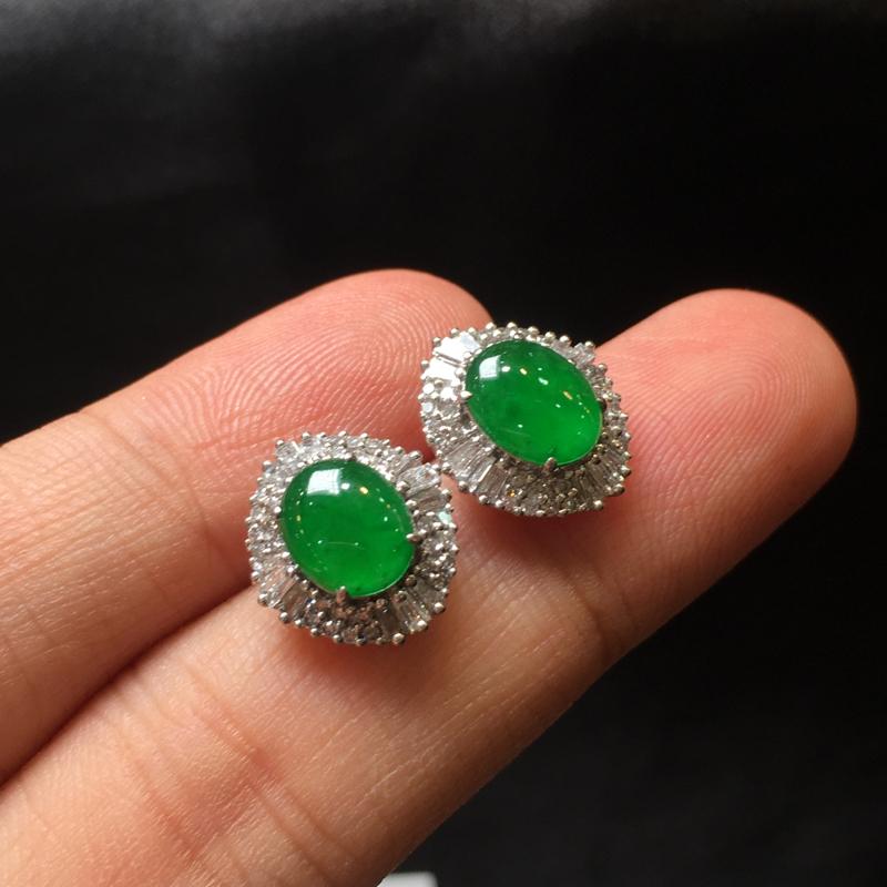 一对阳绿耳钉,底庄细腻,18K金南非真钻镶嵌,无纹裂色阳,性价比高,推荐,尺寸13.5*12*6/8
