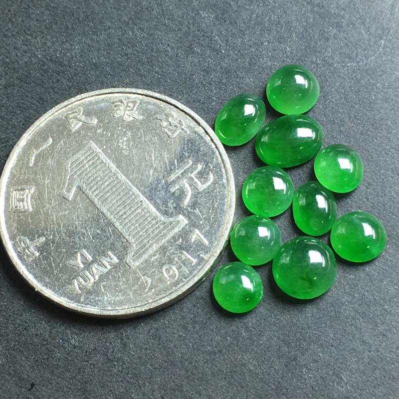 【月底回馈】绿色蛋面裸石,底子细腻,色泽漂亮,干净起光,没有裂,可镶嵌成手链、项链或其他款式。尺寸:6.5-3.5  7.3-5.4-3.0