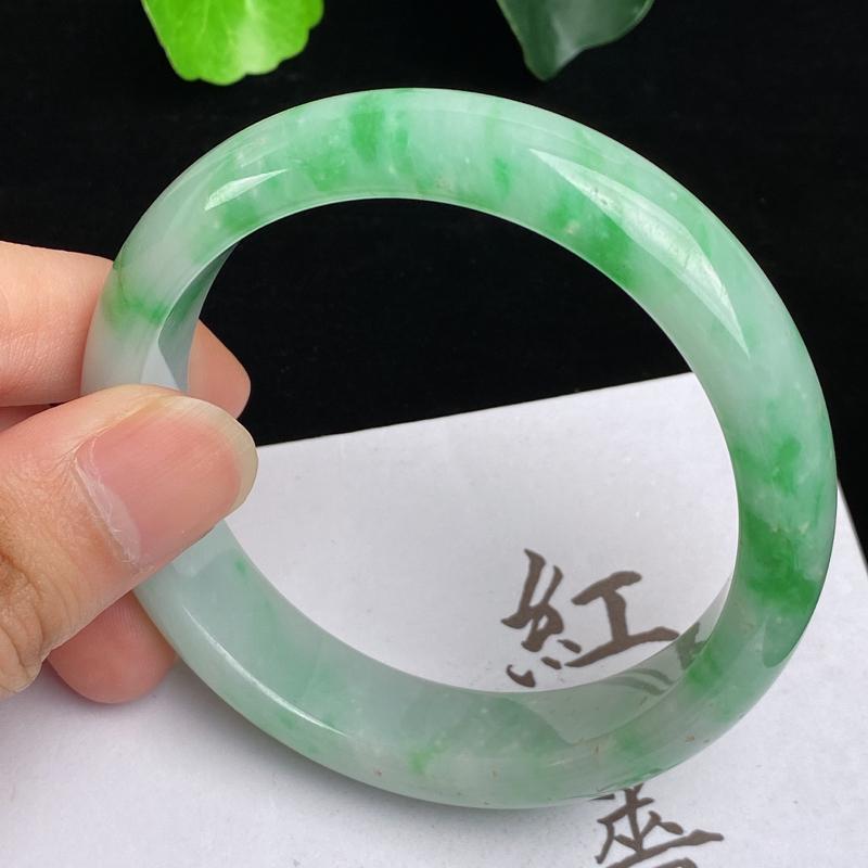 飘绿手镯  缅甸a货翡翠,水润飘绿正圈手镯574mm,玉质细腻,色彩艳丽,色阳青翠,条形大方得体,佩