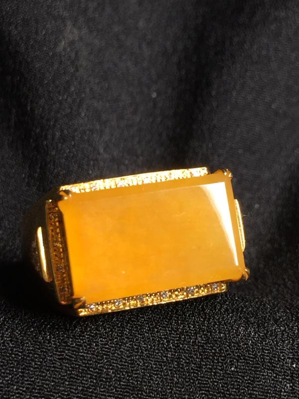 黄翡马鞍戒指,18k真金真钻镶嵌,种水超好,玉质细腻。**