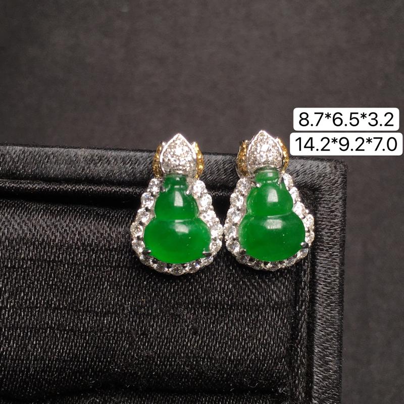 满绿葫芦耳钉,18K金镶嵌,无纹无裂,玉质细腻,质量杠杠的,性价比超高