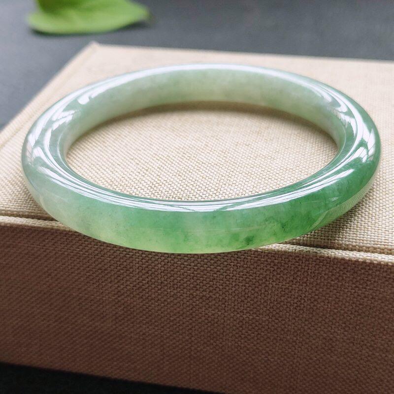 圆条55.6圈口,自然光实拍,缅甸老坑天然翡翠A货,水润飘绿圆条手镯。尺寸:55.6-8.6-8