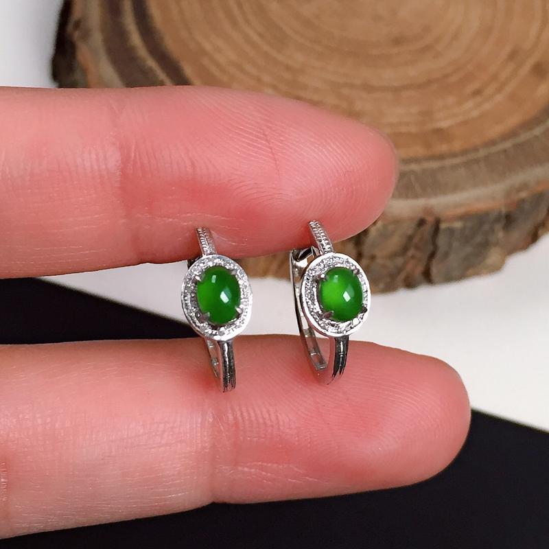 冰润油绿翡翠耳坠,种水好,色泽鲜艳浓郁,整体尺寸:6.5-5.3-3.7